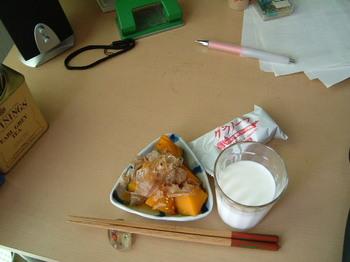 朝ごはん、カボチャの甘煮とシリアルと牛乳