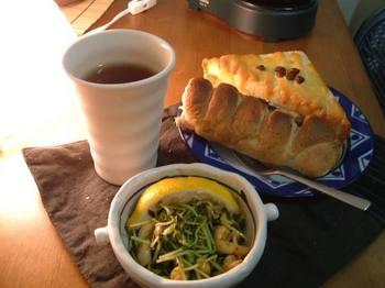 豆苗とカシューナッツのバターレモン炒めと2つのパン、茎ほうじ茶
