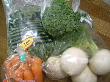 すべて国産野菜なのに、ほうれん草2つで100円、小かぶ4つで100円、ブロッコリー1つ100円、ニンジン88円